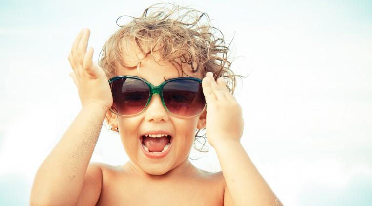 bambina gioisa con occhiali da sole